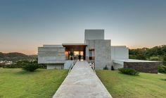 Construído na 2012 na Goiânia, Brasil. Imagens do Leandro Moura Estúdio OnzeOnze. A casa, construída para um casal e seu filho, localiza-se em um terreno de desnível acentuado, algo entorno de 30 metros, característica singular na...