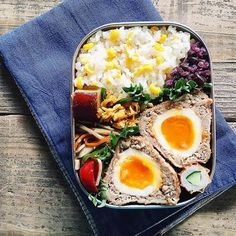 """ご飯やおかずがぎゅっと詰まったお弁当。おかずの種類が豊富で、彩りも素敵で美味しそうですよね。  このお弁当を作っているのは滋賀県に住む主婦の「tami(タミ)」さん。  tamiさんが作る""""おべん(お弁当)""""は思わずマネしたくなるポイントがたっぷりで、Instagramのフォロワーは15万人を超えるほど。"""