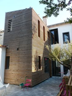This early twentieth century townhouse was converted into a apartment . Renovation Facade, Archi Design, Wood Cladding, 2 Bedroom Apartment, Architecture, Townhouse, Tiny House, Sweet Home, Construction