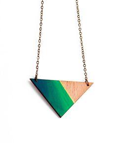 Géométrique, triangle collier en bois - bois naturel, bande or, ombre verte bleue - minimalis, bijoux modernes