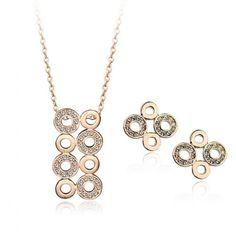 Set bijuterii placate cu aur si incrustate cu Austrian Diamonds, deosebit de fin si rafinat, cu o stralucire de exceptie. Setul este format din lantisor cu pandantiv si cercei asortati.