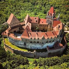 At the Kreuzenstein Castle in Austria. Beautiful Castles, Beautiful Buildings, Cool Places To Visit, Places To Travel, Culture Of Italy, Castle Illustration, Visit Austria, Architecture Old, Amazing Destinations