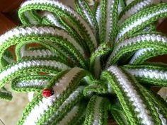Piantina realizzata ad uncinetto. Molto carina! Crochet Cactus, Crochet Leaves, Crochet Motif, Diy Crochet, Crochet Flowers, Chevron Crochet Patterns, Crochet Designs, Cactus Plante, Crochet Flower Tutorial
