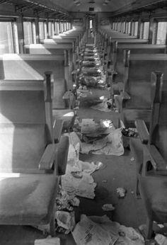 ごみが散乱する約60年前の旧国鉄の列車内。日本人は昔から礼儀正しかった……とは必ずしも言えないようだ=1953年11月、旧国鉄の尾久駅で Vintage Photos, Tokyo, Location History, Scenery, Train, Japanese, Retro, Image, Historia