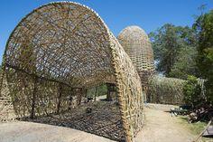 """""""Woven Sky era una instalación para el Woodford Folk Festival2013-14 diseñada por el artista taiwanés Wang Wen-Chih, en colaboración con la Cueva Urbana."""