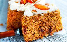 Mehevän makuinen ja aurinkoisen värinen porkkanakakku on täydellinen leivonnainen kahvipöytään ja viikonlopun brunssille.