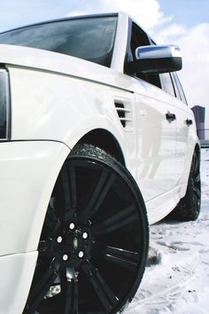 Range Rover in the Snow. White and Black.