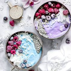We are in smoothie bowl heaven right now! Blue Spirulina bowl or Black Goji bowl isiaaak Shop our superfoods collection here Click the image for more info. Superfood Recipes, Smoothie Recipes, Healthy Recipes, Acia Bowl, Kreative Desserts, Exotic Food, Cute Desserts, Food Bowl, Breakfast Bowls