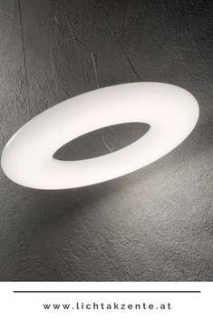 Räume modern beleuchten mit der runden Pendelleuchte Polo. Mit ihrem schlichten und klaren Design trägt die LED Pendellampe Polo zur modernen Beleuchtung von Küche, Wohnzimmer und Esszimmer bei. Dank der runden Form eines Ringes harmoniert die Leuchte mit nahezu jedem Raum. Kaufen im Lampen und Leuchten Onlineshop Lichtakzente.at // Pendelleuchte Kücheninsel, Esstisch Lampe rund Esstisch Leuchte modern #lampe #arbeitszimmer lampen #beleuchtung #lampen und leuchten