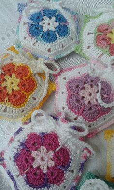 Crochê: Flor da África! São sachês porta sabonetes. Crochet Art, Crochet Granny, Filet Crochet, Crochet Toys, Crochet Patterns, Crochet Sachet, Crochet Doilies, Crochet Flowers, African Flowers
