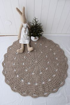 tapis crochet & lirettes / rug , t-shirt crochet. Crochet Round, Crochet Home, Diy Crochet, Crochet Doilies, Diy Carpet, Rugs On Carpet, Doily Patterns, Crochet Patterns, Mandala Rug