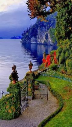 Lakeside jardim no Villa del Balbianello no belo Lago de Como, na Lombardia… Dream Vacations, Vacation Spots, Vacation Packages, Italy Vacation, Vacation Wear, Lac Como, Places To Travel, Places To See, Travel Destinations