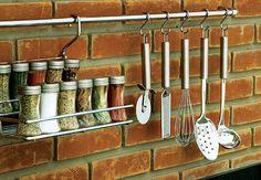 Ter temperos e utensílios à mão é uma ótima maneira de agilizar as tarefas gastronômicas e deixar a bancada da pia livre.