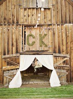 Moje wielkie wiejskie Wesele: Pomysł na dekorację: monogramy ślubne!