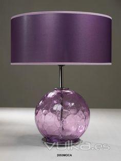 Lámpara de sobremesa con base de cristal color morada.