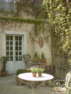 Amazing Ideas For French Country Garden Decor 02 French Country Cottage, French Countryside, French Country Style, French Country Decorating, Shabby Cottage, Cottage Chic, Outdoor Rooms, Outdoor Gardens, Outdoor Living