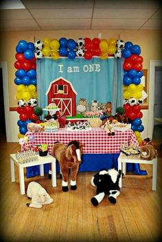 Fun display at a farm birthday party! See more party planning ideas at… Cowboy Theme Party, Farm Themed Party, Cowboy Birthday Party, Barnyard Party, Farm Party, 2nd Birthday Parties, Birthday Ideas, Party Animals, Farm Animal Party