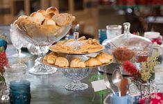 Para sair do convencional, a fruteira de vidro também ajuda a acomodar os pães