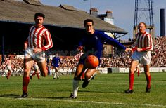 Chelsea 1 Sunderland 1 in Sept 1966 at Stamford Bridge. George Graham tries to get a touch on the loose ball #Div1