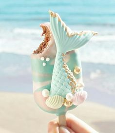 ourmet Mermaid Cake Pop 🐚 Let's go to the beach 🌊 yummy ! Chocolate Cake with sweet milk covered in milk chocolate ✨ Photo by Mermaid Cake Pops, Mermaid Cakes, Cute Food, Yummy Food, Magnum Paleta, Kreative Desserts, Cute Baking, Aesthetic Food, Savoury Cake