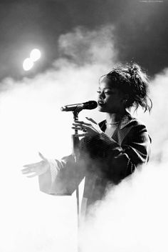 Rihanna has a priceless reaction of a fans talent. He literally amazes the whole audience and rihanna herself. Rihanna Baby, Mode Rihanna, Rihanna Riri, Rihanna Style, Rihanna Dress, Gray Aesthetic, Black And White Aesthetic, Bad Girl Aesthetic, Black And White Picture Wall