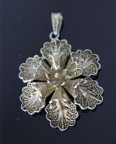 wisior filigran Filigree Jewelry, Gold Rings Jewelry, Gold Jewellery Design, Metal Jewelry, Jewelry Art, Jewelery, Bali Jewelry, Necklace Designs, Silver