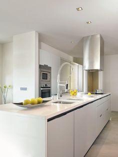SANTOS kitchen | Diseño Minos en estratificado blanco con persianas en acero inoxidable