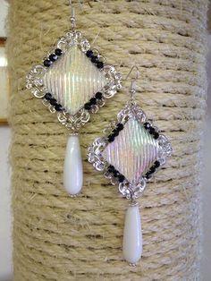 ORECCHINI con filigrana quadrata argento, cabochon quadrato perlato con glitter AB, elementi di catena gioiello strass neri e gocce in shell bianco lisce.