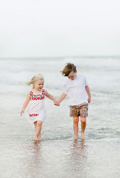 Frère et soeur sur la plage / Brother and sister enjoying the beach Kids Beach Photos, Sibling Beach Pictures, Photos Bff, Sibling Photos, Beach Kids, Kids Photography Boys, Sibling Photography, Makeup Photography, Cute Baby Couple