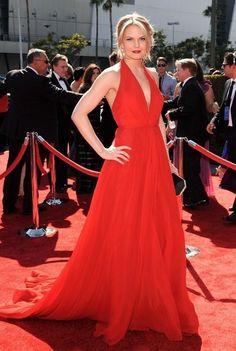 Jennifer Morrison. Con un impresionante vestido rojo de Ramona Keveza primavera 2012, como complemento un clutch negro y plata.