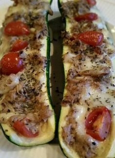 Gevulde courgette met tonijn Main course for 1 person. Ingredients: 1 zucchini 1 can of tuna in water 1 scoop of mozzarella 10 cherry tomatoes 2 tbsp pine nuts 2 tbsp mayonnaise 1 tbsp olive oil Basil Salt & pepper … Healthy Cooking, Healthy Eating, Cooking Recipes, Healthy Recipes, Amish Recipes, Dutch Recipes, Healthy Diners, Good Food, Yummy Food