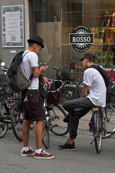 2015-05-16のファッションスナップ。着用アイテム・キーワードはキャップ, スニーカー, ハット, ハーフパンツ, バッグ, ポロシャツ, 黒パンツ, Tシャツ, ~20代,Comme des Garcons, Dickies, Nike(ナイキ), コンバース(converse)etc. 理想の着こなし・コーディネートがきっとここに。| No:108386