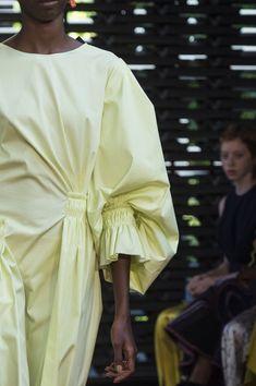 Roksanda at London Fashion Week Spring 2019 - Details Runway Photos Fashion 2018, Runway Fashion, Womens Fashion, London Fashion, Fashion Spring, Fashion Weeks, Fashion Trends, Fashion Designer, Fashion Stylist