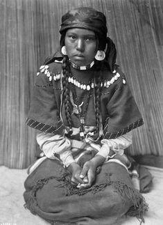 * Toutes les photos sont d'Edward S. Curtis ,anthropologue et photographe américain ayant entrepris ,de 1907 à 1930 ,un grand projet photographique et ethnologique consistant à photographier des membres des 80 tribus amérindiennes alors existantes ,et...                                                                                                                                                                                 Plus