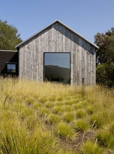 Retreat located in Portola Valley - Walker Warner Architects - Landscape designer Janell Denler Hobart planted a low-water evergreen meadow using graphic clusters of Pennisetum spathiolatum. Rustic Exterior, Exterior Design, Modern Farmhouse Exterior, Portola Valley, Painting Contractors, Vernacular Architecture, Modern Barn, Villa, House Design
