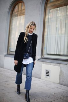 A black coat and blue flare jeans are amazing must-haves that will integrate perfectly within your current casual fashion mix. Black leather ankle boots integrate really well within a ton of getups. Looks Style, Looks Cool, Mode Outfits, Fashion Outfits, Womens Fashion, Vetement Hippie Chic, Culotte Style, Look Jean, Botas Chelsea