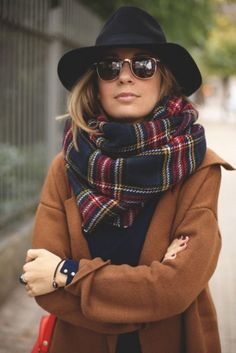 Schal binden 6 mal anders: So habt ihr euren Schal garantiert noch nie getragen! No fall outfit without a cuddly scarf. But just wrapping it around your neck is definitely too boring for us. We'll show you six fancy ways to tie your scarf … Fall Winter Outfits, Winter Wear, Autumn Winter Fashion, Winter Style, Winter Scarf Outfit, Autumn Style, Chicago Winter Fashion, Winter 2017, Womens Winter Hats