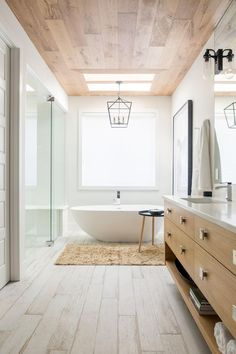 If decorating a children's bathroom, consider a simple vinyl or plastic curtain that uses an enjoyable and lively theme. For a formal bathroom, select cotton, silk, or linen with a PVC vinyl or material liner. Spa Bathroom Design, Bathroom Spa, Simple Bathroom, Bathroom Ideas, Natural Bathroom, Master Bathrooms, Ideas Terraza, Childrens Bathroom, Modern Farmhouse Bathroom
