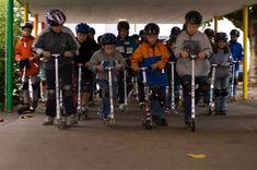 Auch wenn gute Scooter und Trottinetts wie diejenigen von microsehr darauf bedacht sind, höchste Qualität anzubieten, empfiehlt der Herstellerdennoch alle paar Monate Kontrollen durchzuführen und nötigenfalls Teile zu ersetzen oder zu reparieren.Es lohnt sich auf jeden Fall, dennwird der Scooter bzw. das Trottinett entsprechend gepflegt, ist es nicht nur sicherer sondern es lebt auch länger! #Scooter #Trottinett #Sicherheit #fahren #Kinder #DieAngelones Old Games, Beginning Of School, Childhood Memories, Waiting