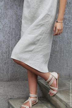 Купить или заказать Платье льняное из серии 'Камни' Уточняйте фактуру и цвет ткани! в интернет-магазине на Ярмарке Мастеров. Платье из приятного 'суховатого' льна с очень интересной фактурой. Мерцающего светло серого оттенка с вкраплениями( Ткань есть разных оттенков и даже темная, цвета смородинового варенья). Силуэт свободный 'кокон' чуть сужающийся к низу. ТКАНЬ хорошо держит форму и как бы окружает фигуру. На горловине для фиксации разреза есть крючок, на уголках пара перламутровых…