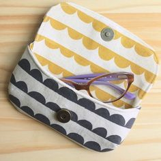Eye Candy Glasses Case from Betz White's new book, Present Perfect. Made with Kokka Charms fabric by Ellen Baker. Small Sewing Projects, Sewing For Kids, Eye Candy, Pencil Bags, Creation Couture, Fabric Bags, Zipper Bags, Sewing Tutorials, Bag Making