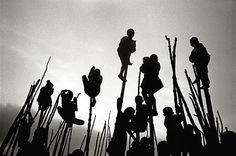 Ermanno Foroni, Se questi sono uomini, Volti sublimi e dignità dolente dell'umano nelle immagini di Ermanno Foroni, autore reggiano che da oltre trent'anni ha fatto della fotografia la...