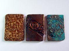 Pequeñeces: Efectos metálicos con pinturas acrílicas Utila, Decoupage, Coasters, Mixed Media, Diy Crafts, Painting, Color, Leggings, Arabesque