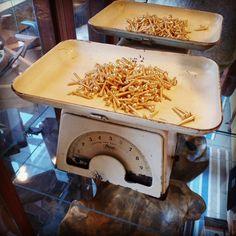 Vi anbefaler messingskruer til hjørnejern på gamle vinduer. Fordi de korroderer svært lite i forhold til jern og stål. Vi har det på lager:) Kitchen Aid Mixer, Kitchen Appliances, Popcorn Maker, Diy Kitchen Appliances, Home Appliances, Kitchen Gadgets