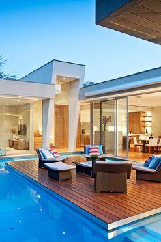 Terraza rodeada por piscina