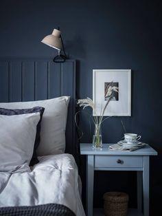 Bedroom in deep blue Indigo Walls, Azul Indigo, Blue Bedroom Walls, Blue Walls, Dark Walls, Modern Bedroom Decor, Home Bedroom, Nordic Bedroom, Bedroom Ideas