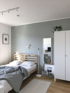 Small Bedroom Ideas - Develop an inviting ambience with these small bedroom deco. Small Bedroom Id Small Bedroom Interior, Room Ideas Bedroom, Small Room Bedroom, Home Bedroom, Master Bedrooms, Trendy Bedroom, Small Bedroom Decorating, Square Bedroom Ideas, Narrow Bedroom Ideas