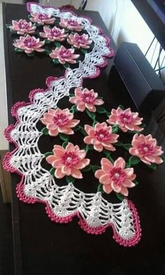 Recipe for how to make this Beautiful Crochet table path in the Sunflower. Crochet Diy, Filet Crochet, Art Au Crochet, Beau Crochet, Crochet Dollies, Crochet Home, Thread Crochet, Crochet Motif, Crochet Crafts