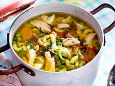 Hühnersuppe alla Mamma Our popular recipe for chicken soup alla mom and more than more free recipes on LECKER. Paleo Food List, Paleo Meal Prep, Paleo Dinner, Paleo Recipes, Paleo Pizza, Free Recipes, Cena Paleo, Cooking Whole Chicken, Avocado Dessert