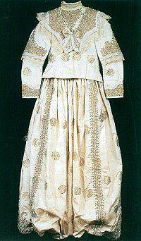 19.yy.'da kullanılmış olan ipek gelin kıyafeti (Sadberk Hanım Müzesi, Envanter No : 1788-K.294 ab)